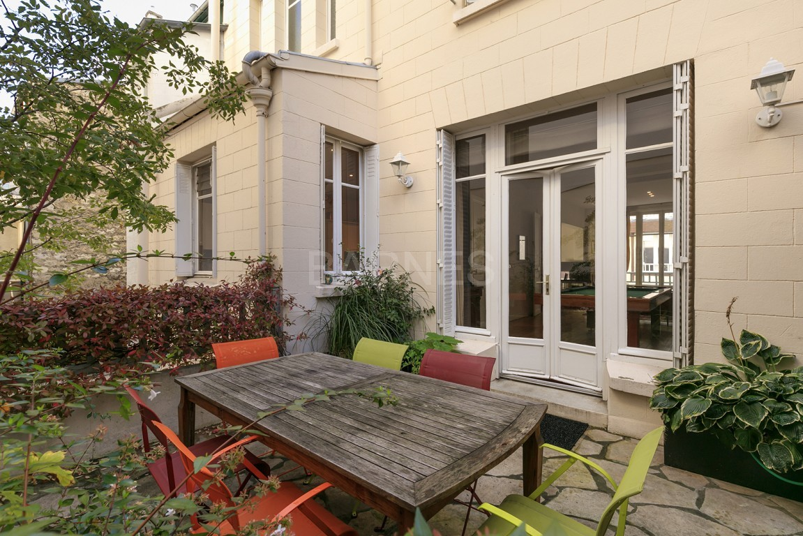 HOUSE FOR SALE - PRIVATE ROAD - NEUILLY - CHATEAU/PERRONET picture 2