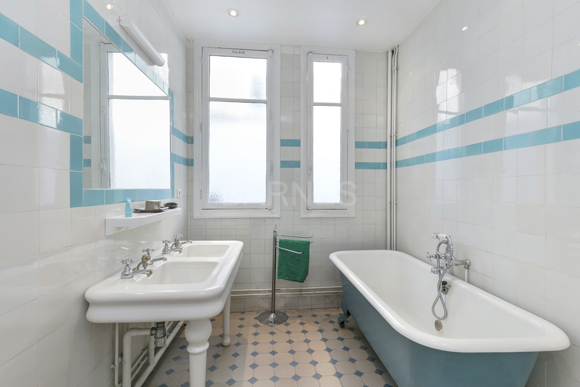 HOUSE FOR SALE - PRIVATE ROAD - NEUILLY - CHATEAU/PERRONET picture 6
