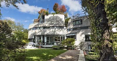 Esta residencia parisina es más que una casa: es una verdadera hazaña arquitectónica enclavada en medio de la...