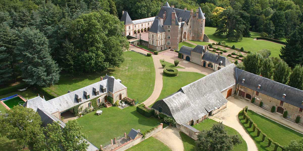 Prestigious castle and its outbuildings